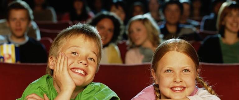 otroka v kinu