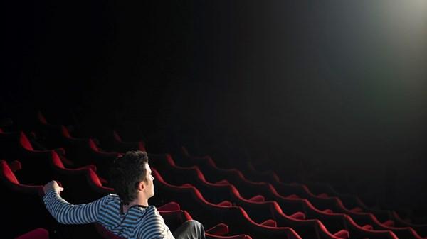 sam v kino